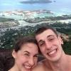 za nami je umelý ostrov pre milionárov na ostrove Mahé. Fotka odfotená zo seychelských hôr