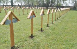 Na městském hřbitově byly obnoveny dřevěné kříže
